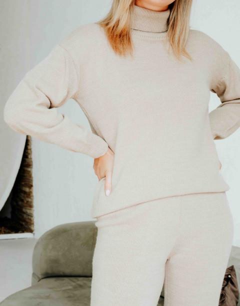 Трикотажный костюм из брюк и джемпера