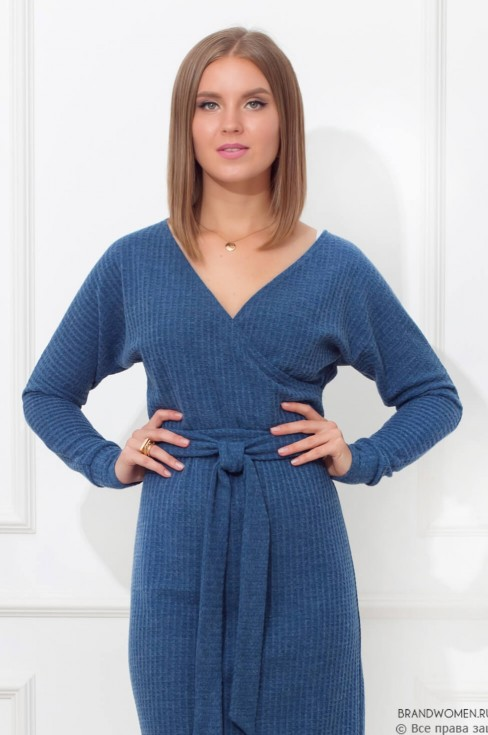 Платье с V-образным вырезом и поясом