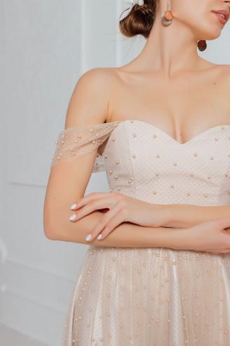 Платье-миди с бусинами и открытыми плечами