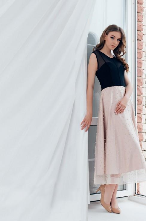 Платье-миди с бусинами на юбке