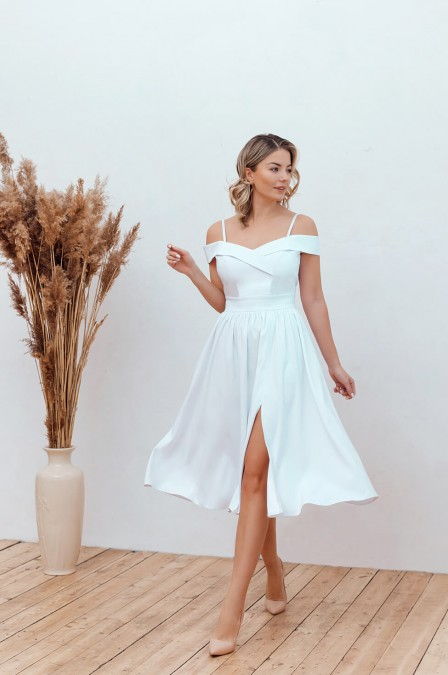 Платье-миди на бретелях и разрезом на юбке