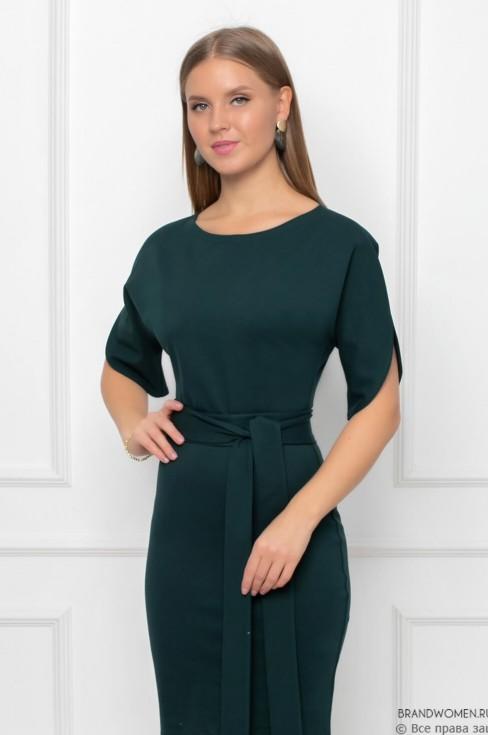 Трикотажное платье с поясом и разрезами на рукавах
