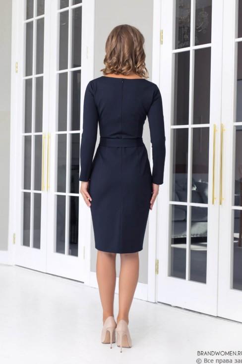 Трикотажное платье с вырезом каре и поясом