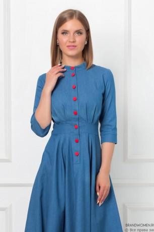Джинсовое платье с красными пуговицами