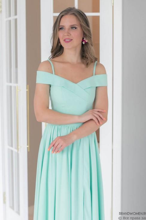 Платье в пол на бретелях и разрезом на юбке