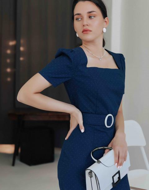 Платье-футляр с вырезом каре и поясом