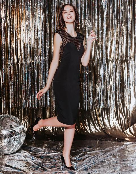 Платье-футляр с вырезом бандо