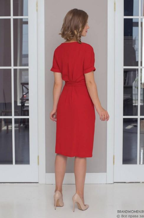 Платье-миди прямого силуэта с поясом