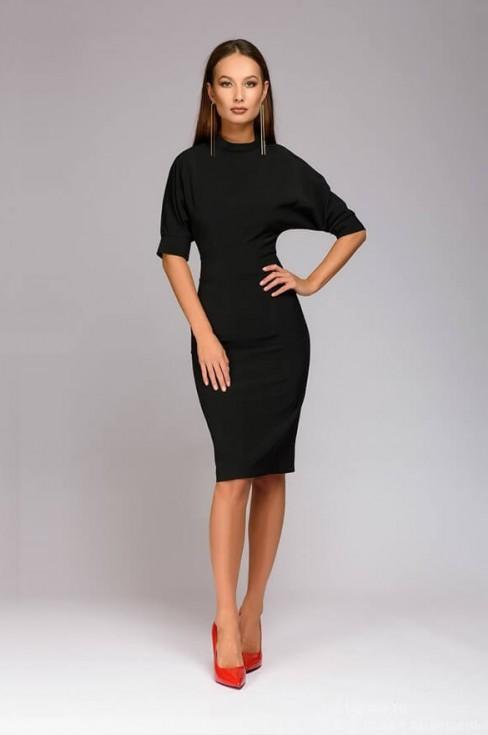 Платье длины миди с пуговицами на плече