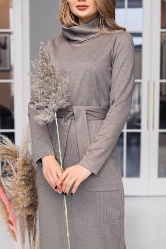 Прямое платье с накладными карманами и поясом