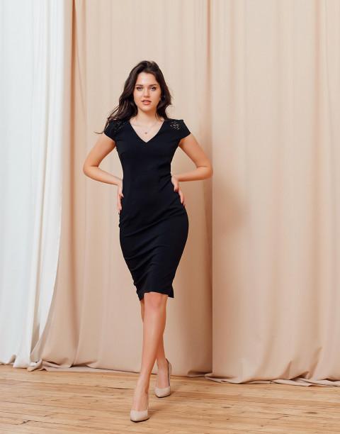 Платье-футляр с V-образным вырезом и декором на плечах