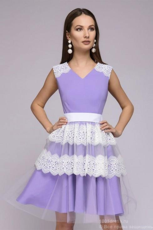 Платье длины мини с кружевом на юбке