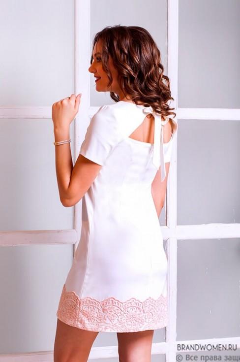 Платье длины мини с завязками на спине