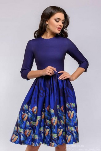 Синее платье-мини с цветами на юбке