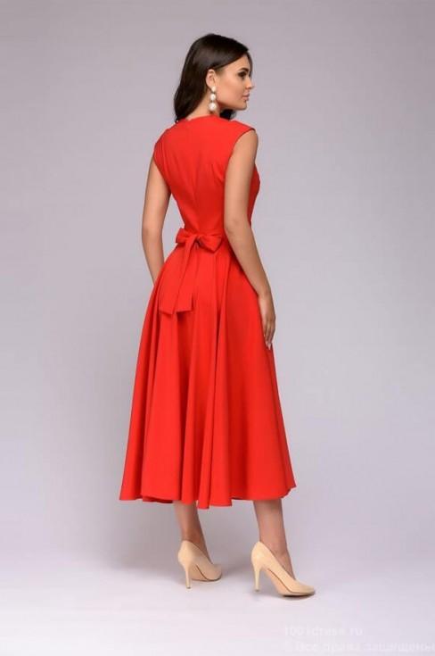 Платье-миди с вставкой на декольте
