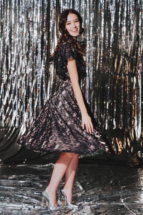 Кружевное платье-миди с рюшей на груди