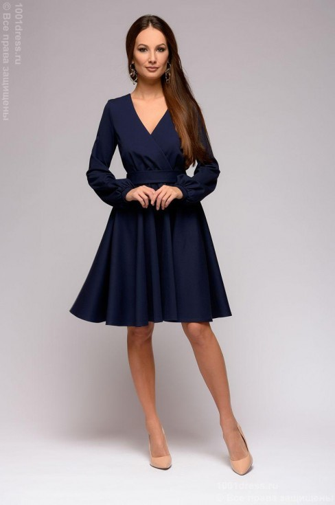 Платье-мини с глубоким вырезом и длинными рукавами