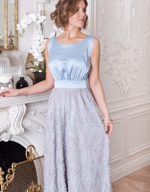Платье-макси с объемными цветами на юбке