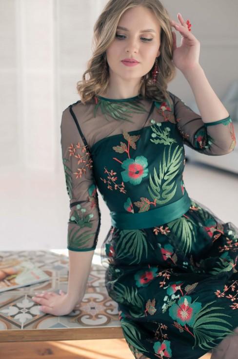 Платье-миди с вышивкой и поясом
