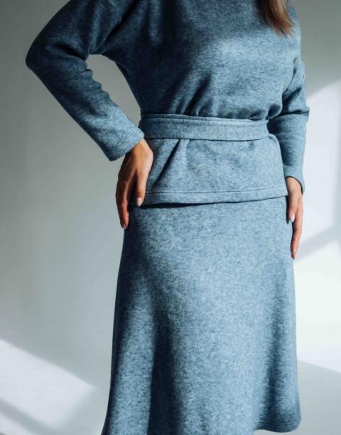 Трикотажный костюм из юбки и кофты с поясом