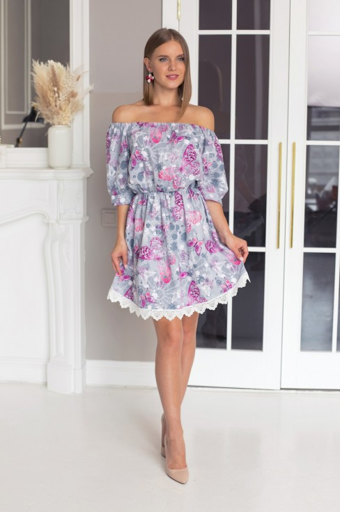 Платье со спущенными плечами и кружевной отделкой