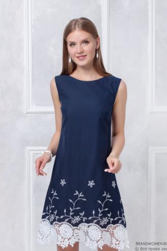 Синее платье-трапеция с кружевной отделкой