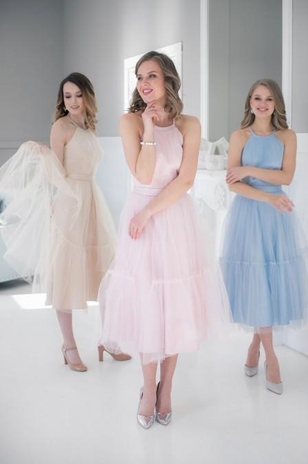 Двухслойное платье-миди без рукавов с поясом